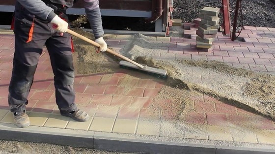 как засыпать швы тротуарной плитки